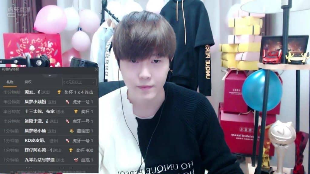 集梦阿布 conducting one of his livestreams.