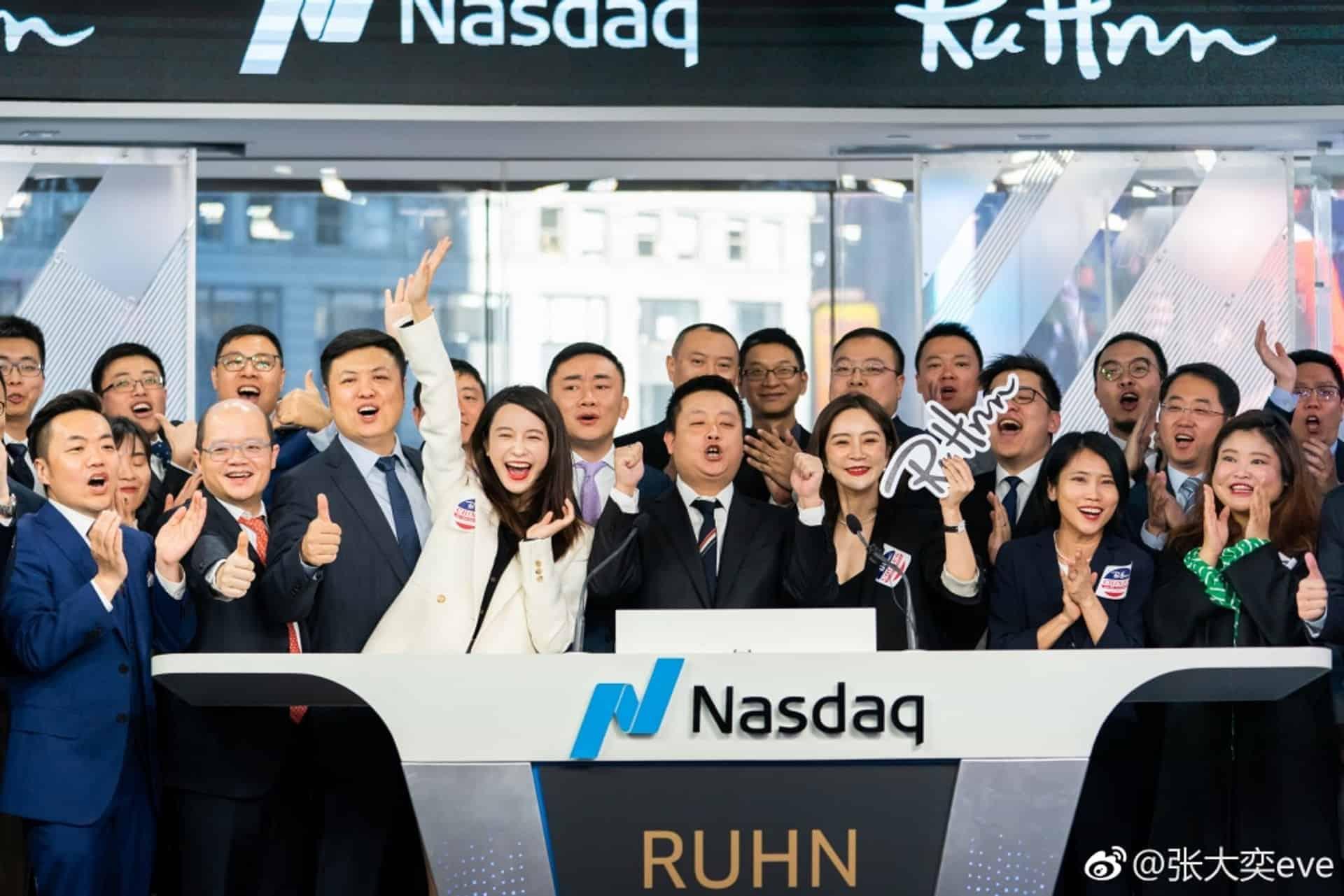 夏娃在纳斯达克证券交易所上市后庆祝